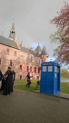 de tardis en een regenboog bij het kasteel!